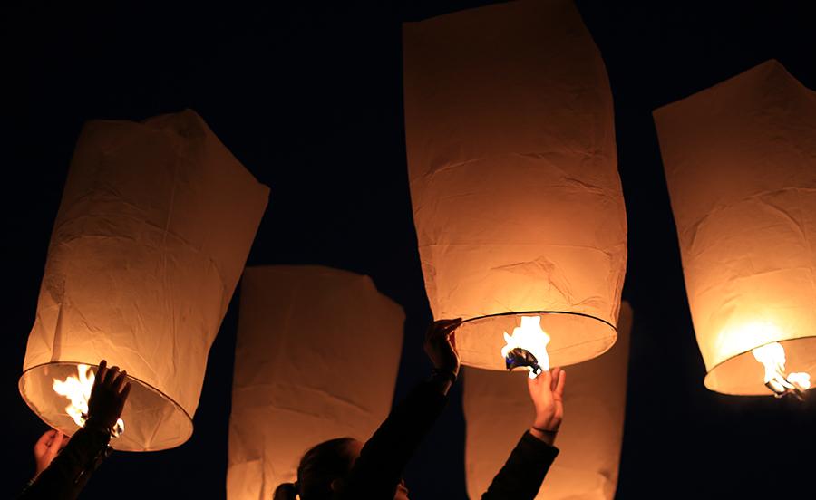 La féérie des lâchers de lanternes célestes débarque en France