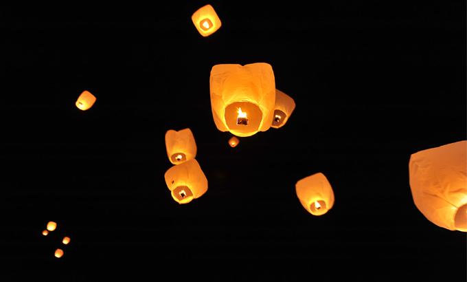 Les lanternes volantes en plein vol