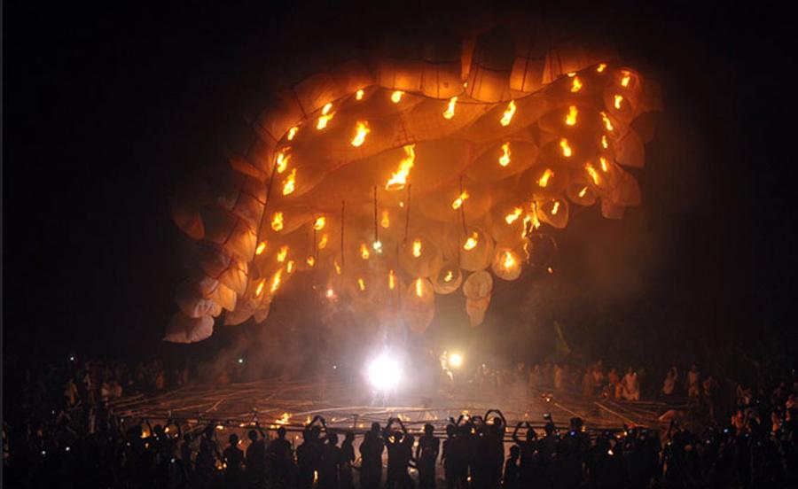 Une lanterne volante de 30 m de diamètre