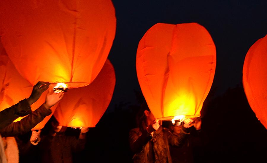 lacher-lanterne-orange-pas