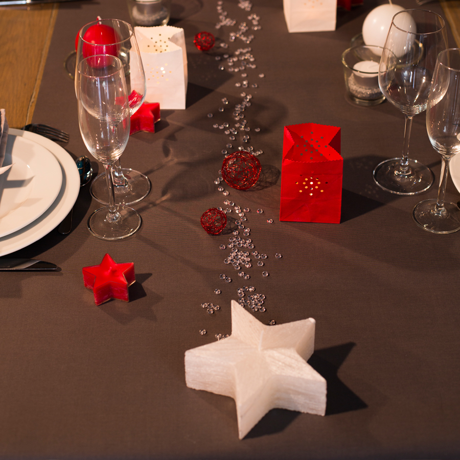 D coration table de f tes rouge et blanc skylantern le blog enchanteur - Table de fete decoration noel ...