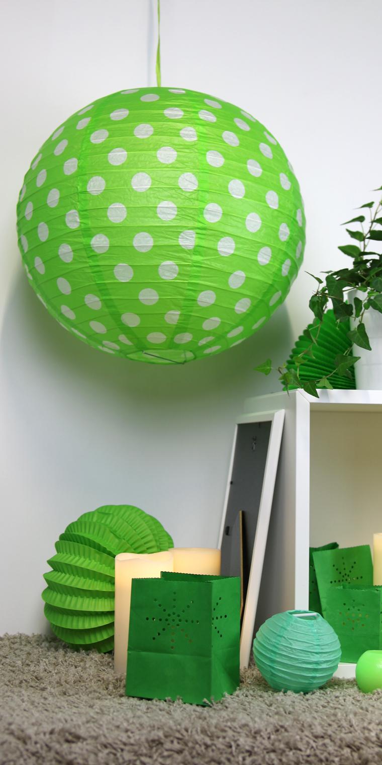 ambiance verte constituée de boules papier, lampions et de bougies led