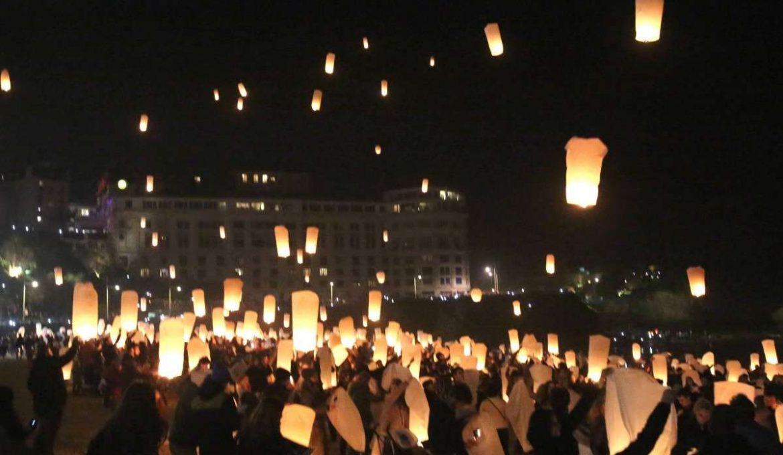 Un magnifique lâcher de lanternes à Biarritz