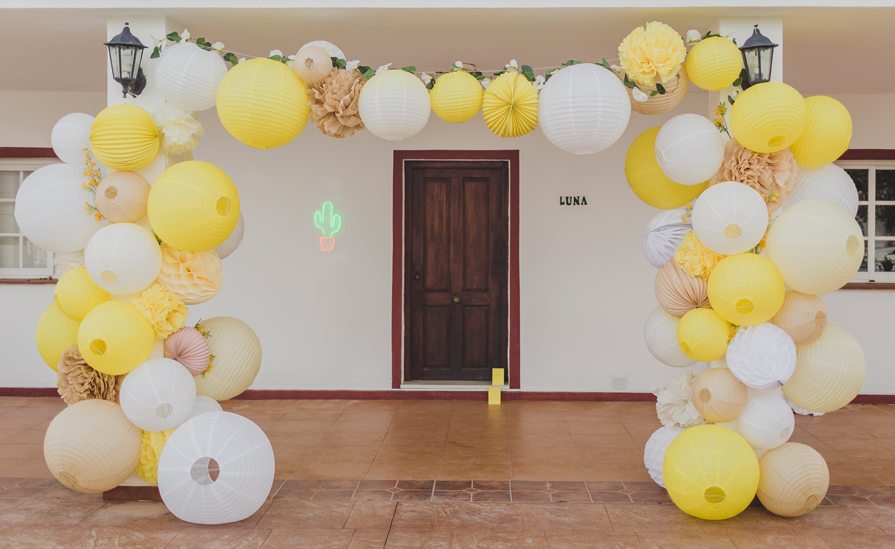 mariage jaune deco lampion arche
