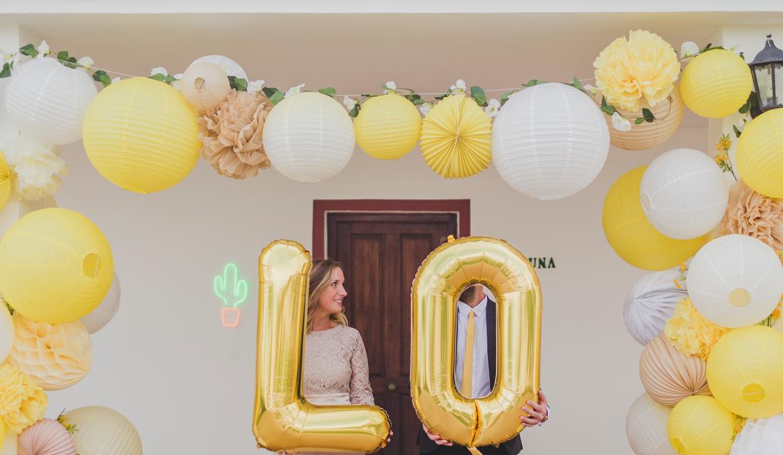 Décoration de mariage jaune : misez sur la cascade de lampions acidulée