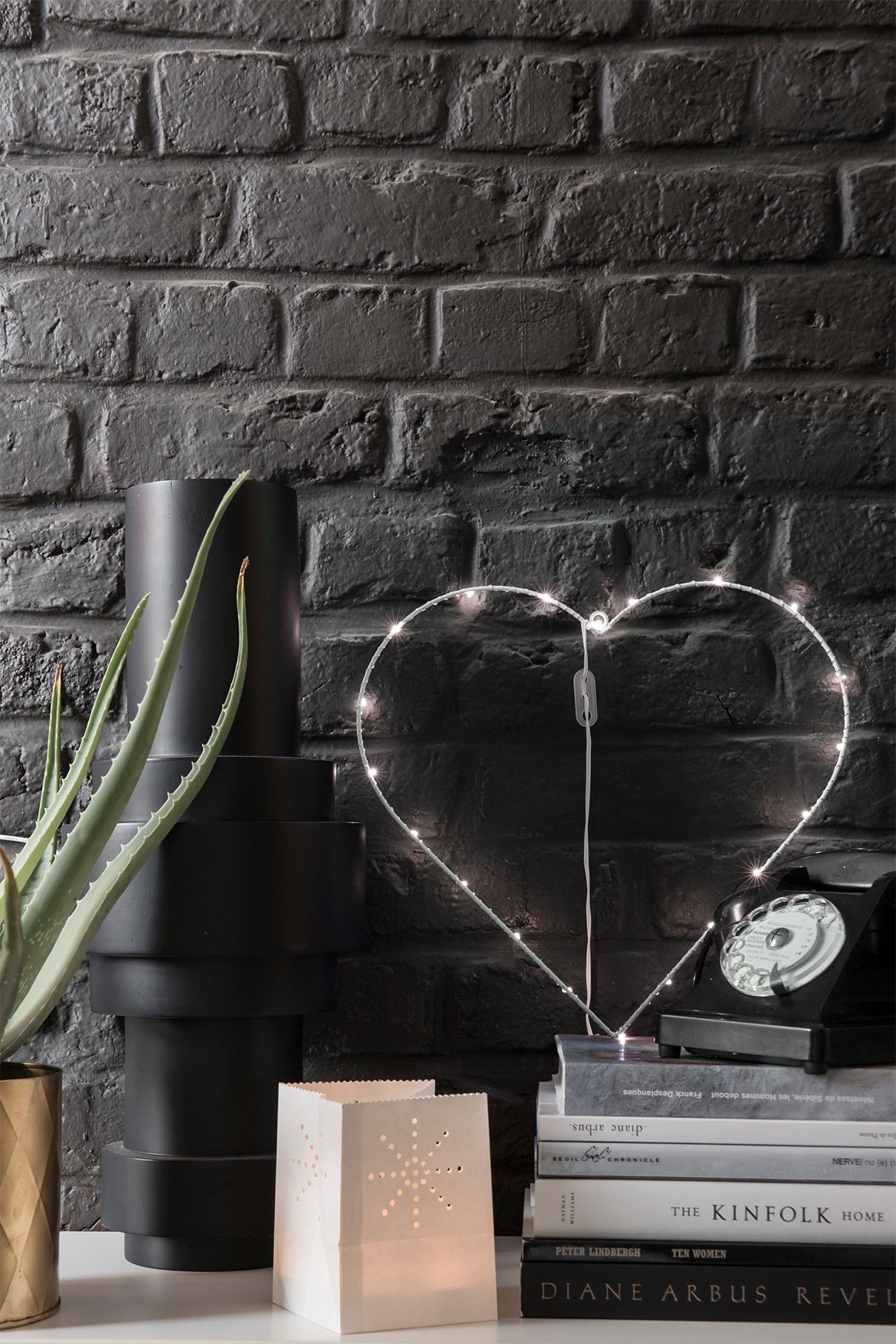 deco industrielle coeur lumineux mur brique