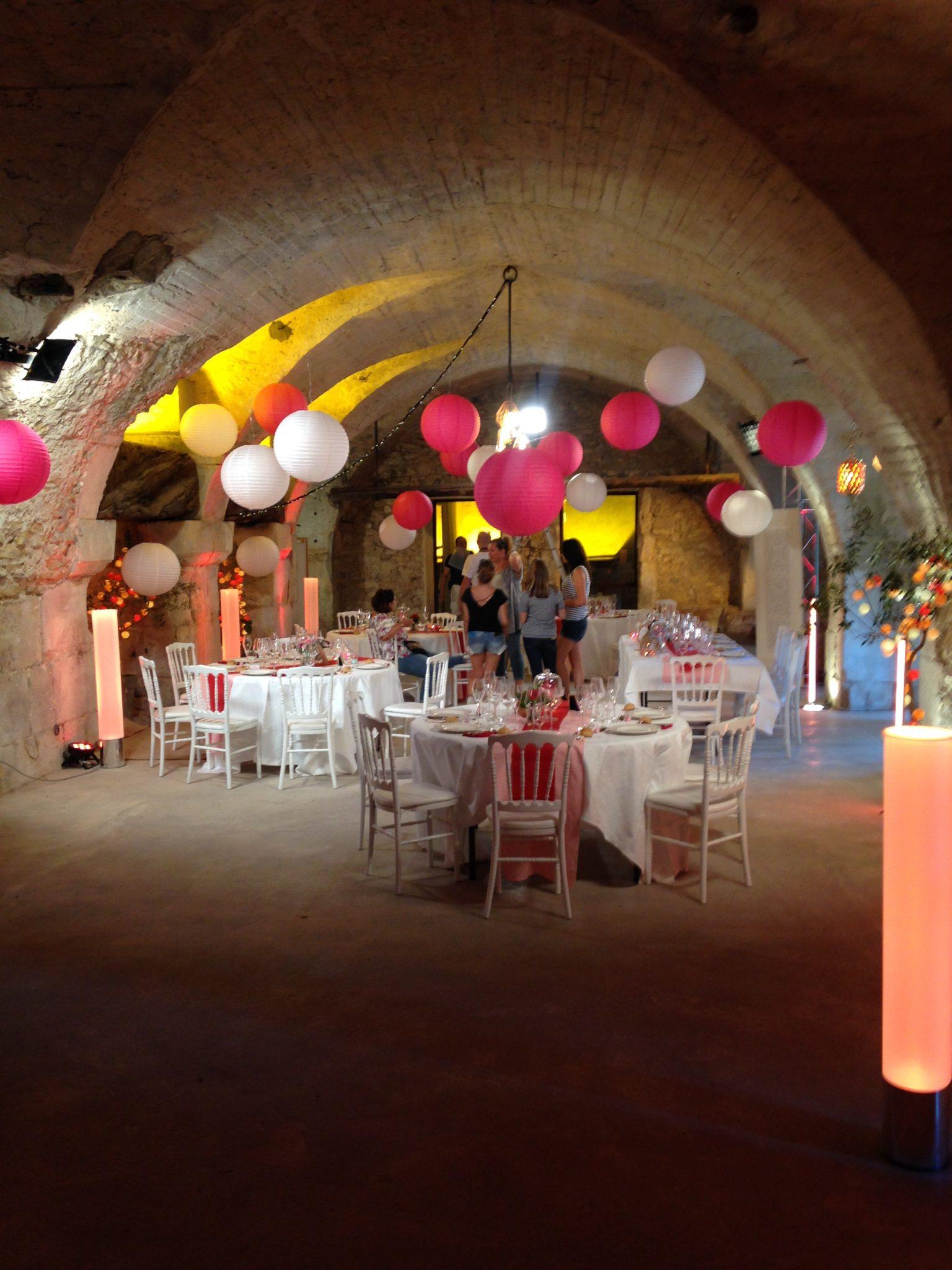 décoration salle mariage mariés au premier regard lampion lanterne rose blanc