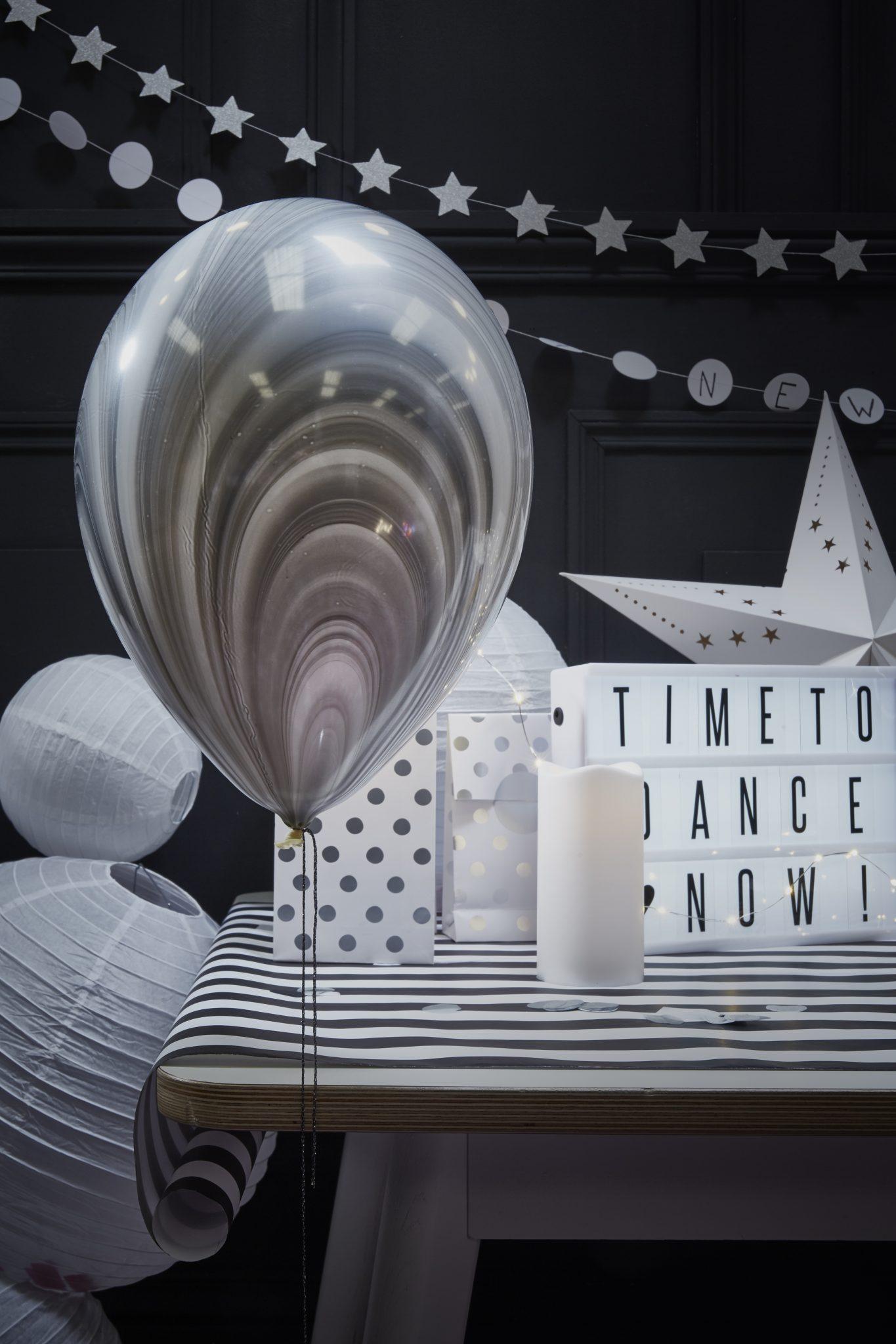 déco noire et blanche nouvel an ballon lightbox bougie fete idées inspiration décoration
