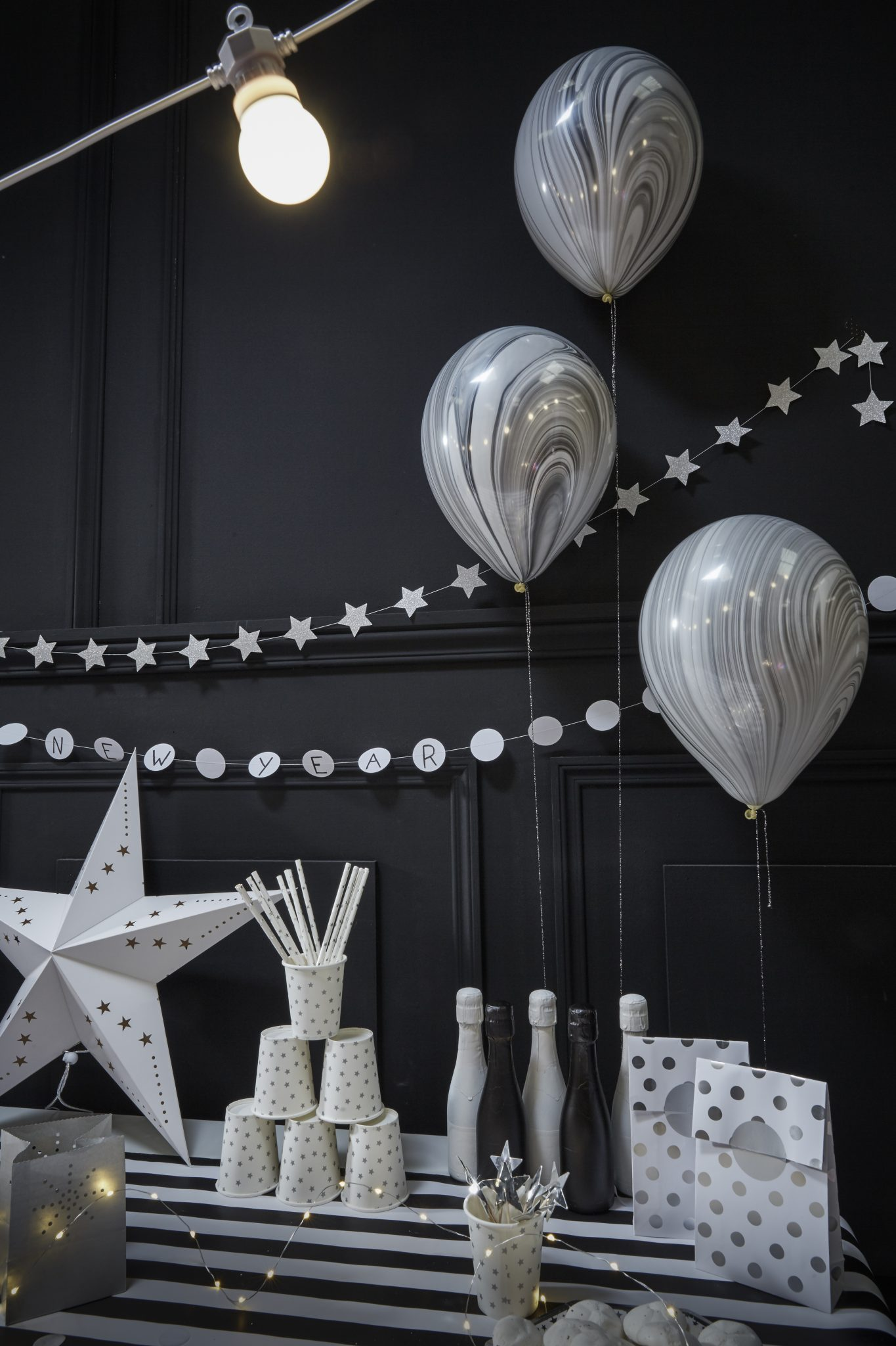 bonne année 2018 tendances décoration fête nouvel an noir et blanc saint sylvestre réveillon 31 décembre