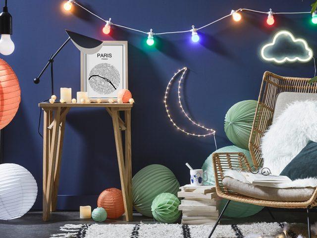 déco HYGGE jardin d'hiver mur bleu lampion boule japonaise guinguette intérieur design