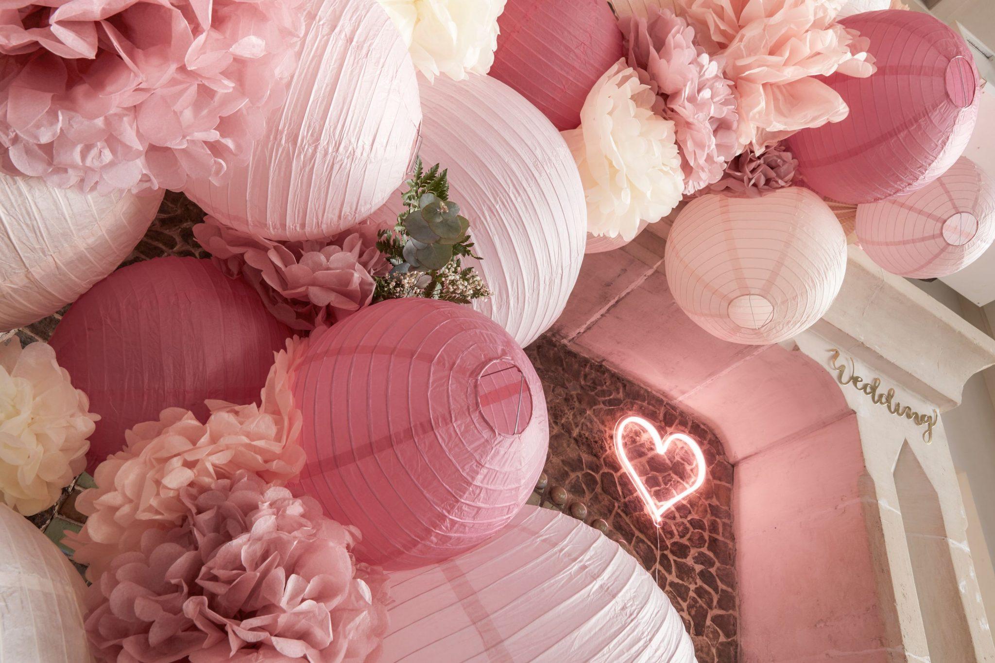 déco mariage grappe lampions comment installer cérémonie décoration lanterne boule papier